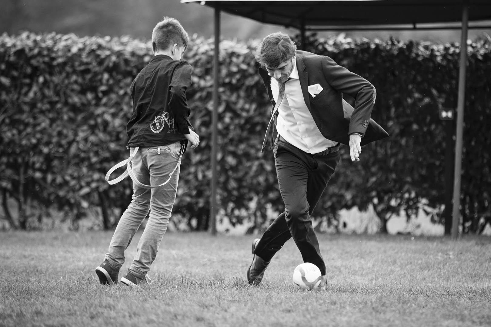 Partido de fútbol durante una boda en la Rectoral de Cines