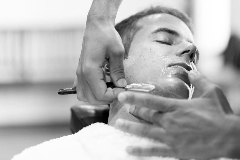 Novio afeitándose en La barbería de Matogrande