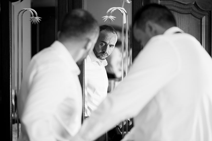 Novio vistiéndose para su boda