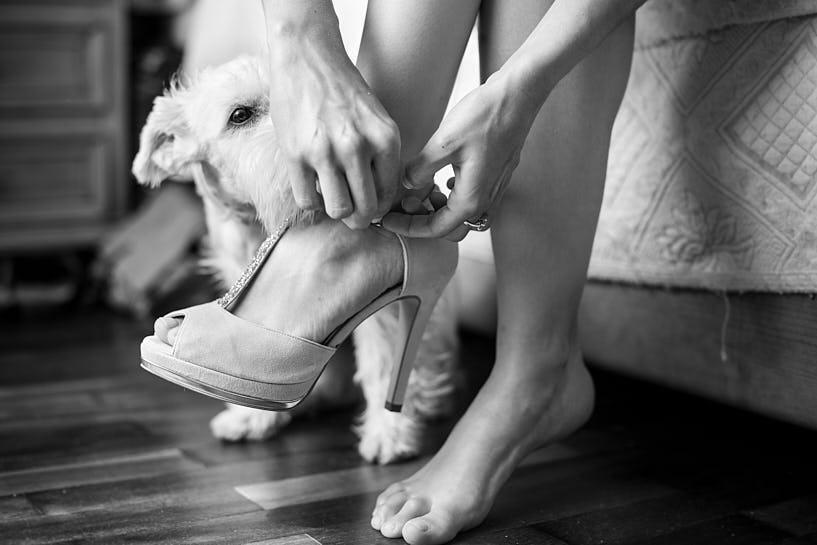 Novia con los zapatos de boda marca Lodi