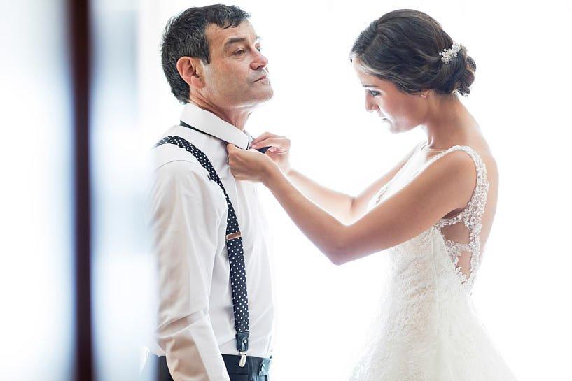 Novia ayuda al padrino el día de su boda