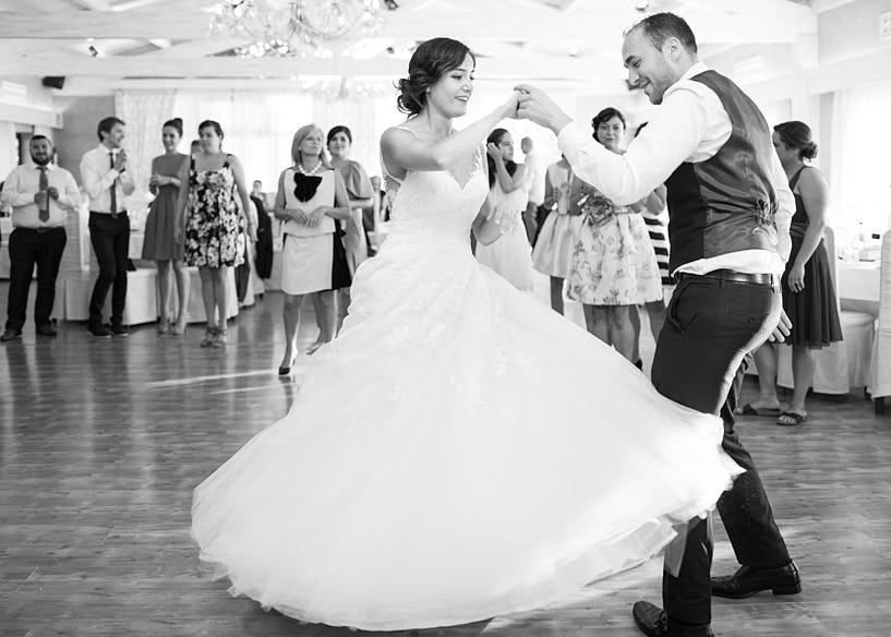 Novia bailando durante su boda en el Restaurante el Pantano
