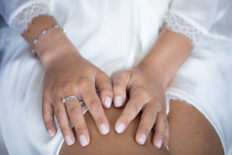 Detalle manos y anillo de una novia