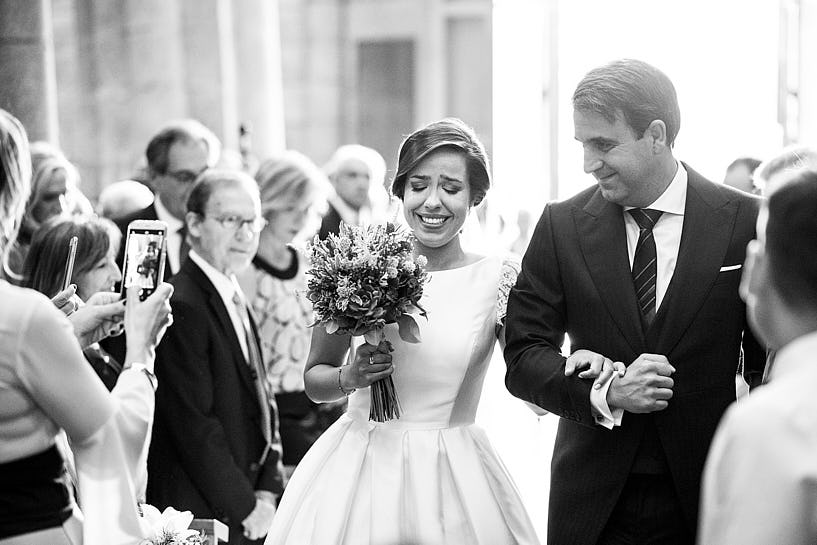 Entrada de novia y padrino a la Colegiata do Sar Boda de Lua y Hugo