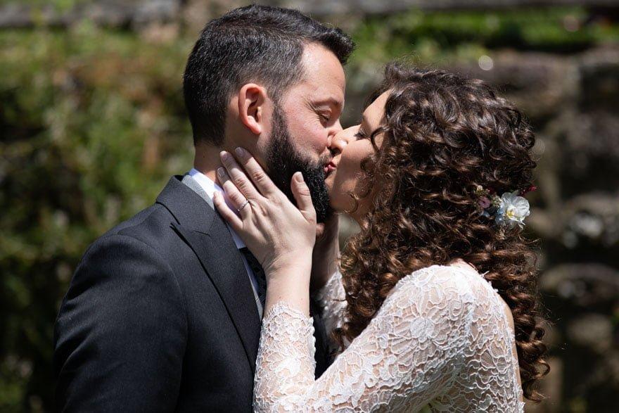 Beso de novios durantes su boda en el Pazo de Adrán