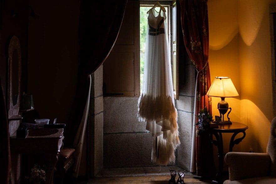 Vestido de novia de vestido de Isabel Núñez con un encaje de Camariñas colgado en la habitación del Pazo la Buzaca