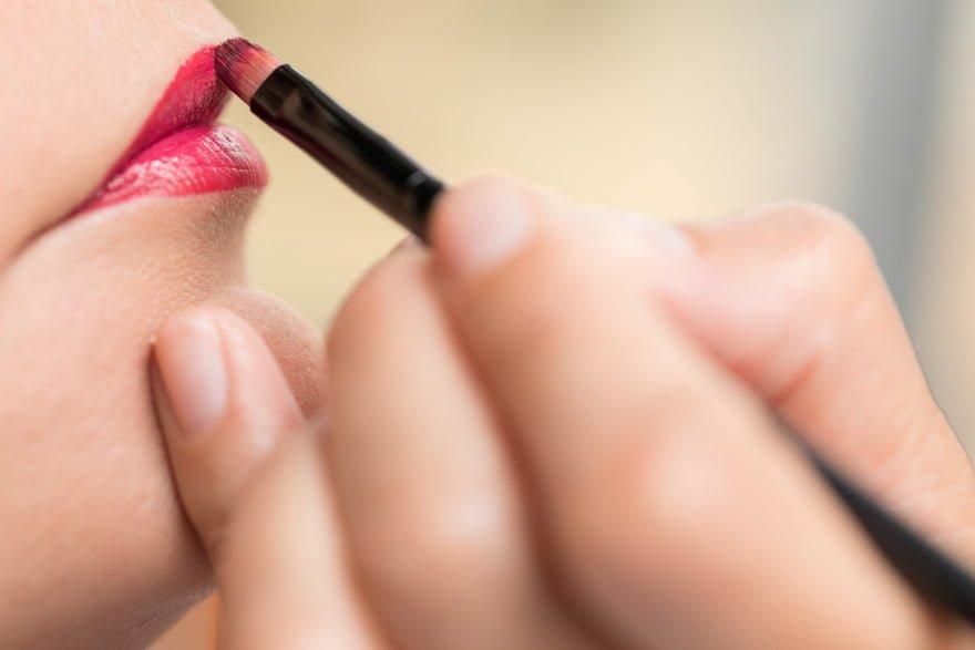 Detalle del maquillaje de labios de una novia en Naroá Belleza y Estilismo de Noia el día de su boda
