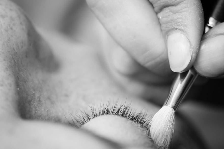 Detalle del maquillaje de ojos de una novia en la peluquería Mahía de Sada
