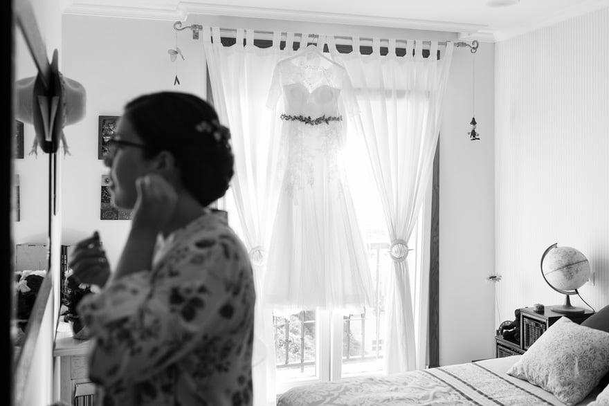 vestido de novia de La Sposa Barcelona colgado en la habitacion