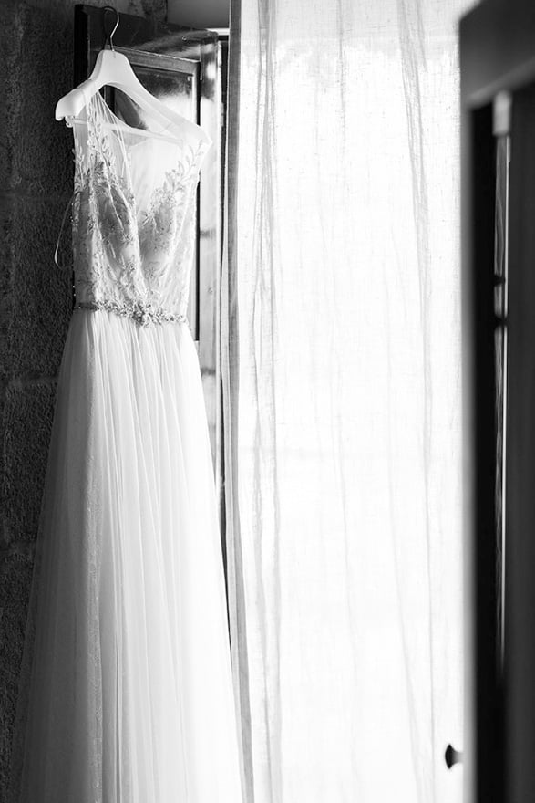 vestido de novia de la firma Maggie Sottero Designs colgado en una de las habitaciones de la Rectoral de Cobres el día de su boda