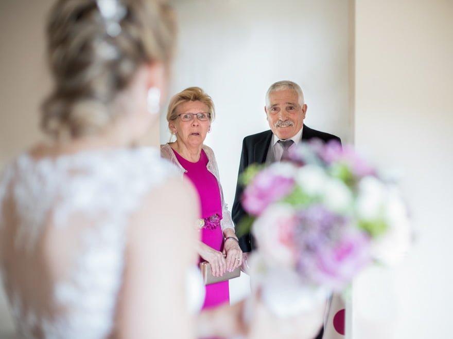 Padres de la novia emocionados en una de las habitaciones del Hotel De Floriana
