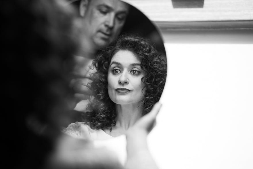 Manuel Pensado maquillando a la novia el día de su boda en una habitación del Pazo de Adrán