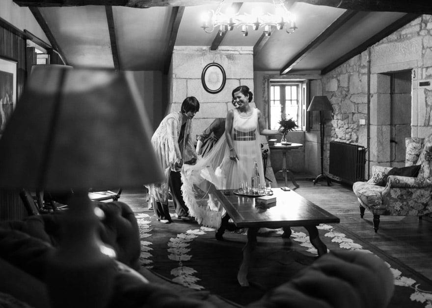Novia en el salón de la habitación del Pazo la Buzaca de Moraña con un vestido de Isabel Muñoz