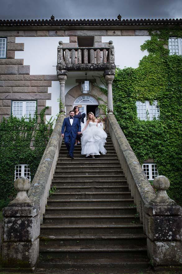 bajada novia por las escaleras del Pazo do Tambre en su boda