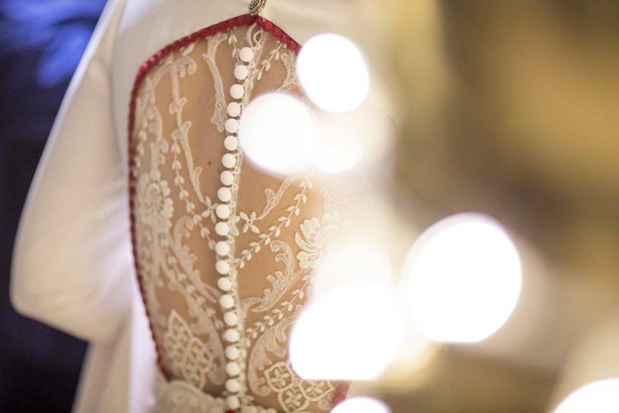 detalle de la espalda de un vestido de novia de Cristina Valenzuela Atelier de Majadahonda Madrid