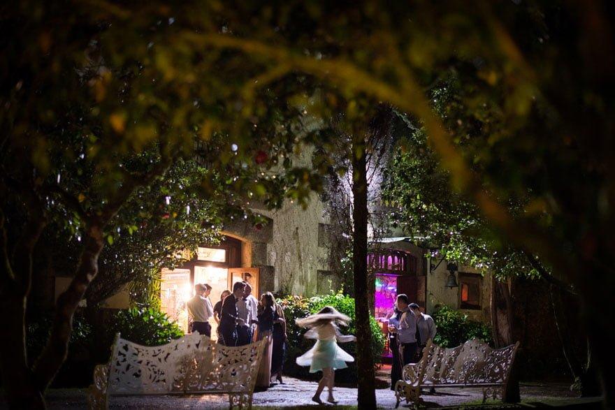 Baile nocturno en el exterior del Pazo do Tambre durante una boda en Santiago de Compostela
