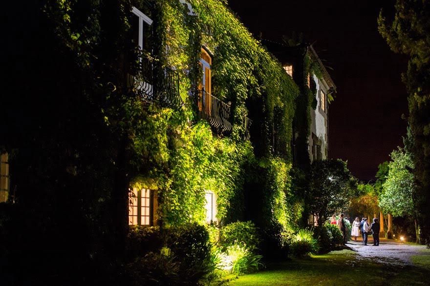 Imagen nocturna del exterior del Pazo do Tambre durante una boda en Santiago de Compostela