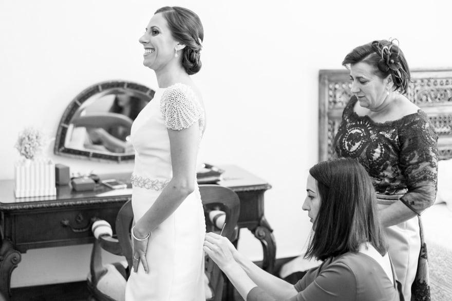 Novia con vestido de Rosa Clará en una de las habitacion del Pazo do Tambre en el día de su boda