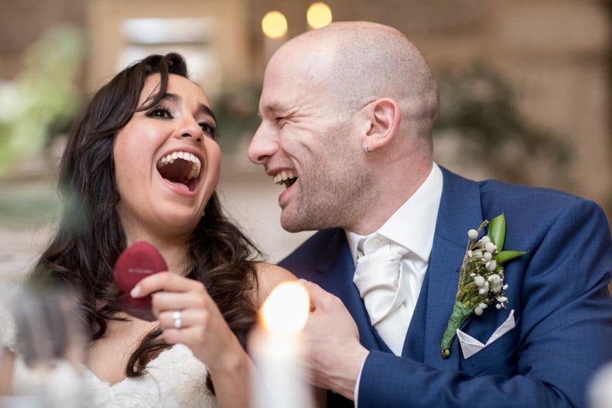Novios disfrutando durante una boda en el Salón de Los Olivos del Pazo do Tambre