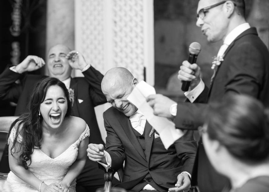 Reacción de novios antes discurso durante una boda en el Salón de Los Olivos del Pazo do Tambre