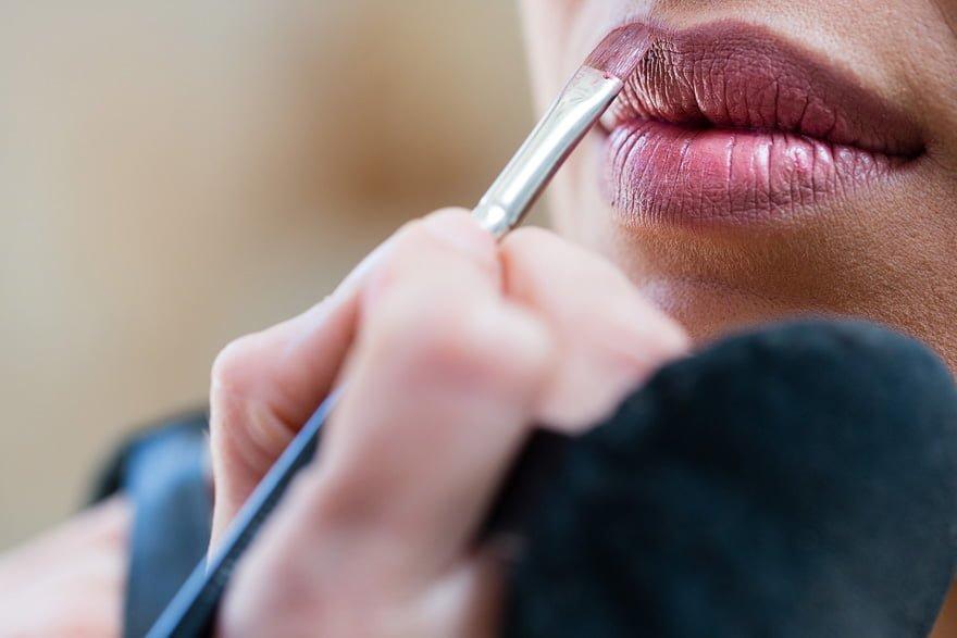 Detalle del maquillaje de los labios de la novia el dia de su boda en María Mundín Maquilladora Lalín