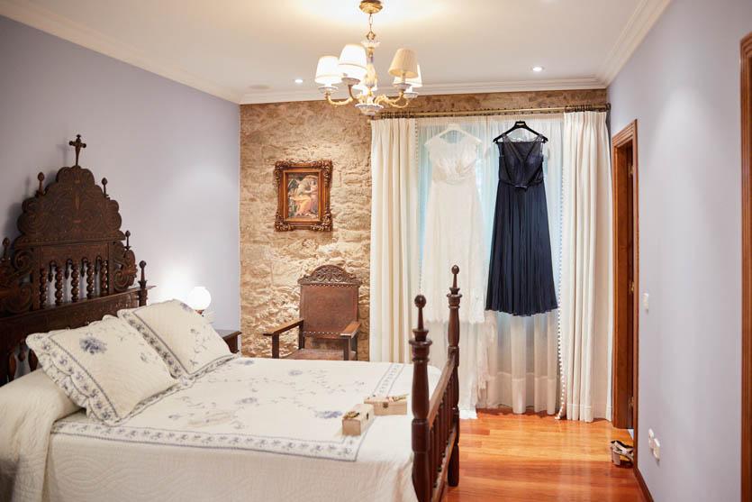 Habitación del Pazo Montesclaros y vestido de Pronovias