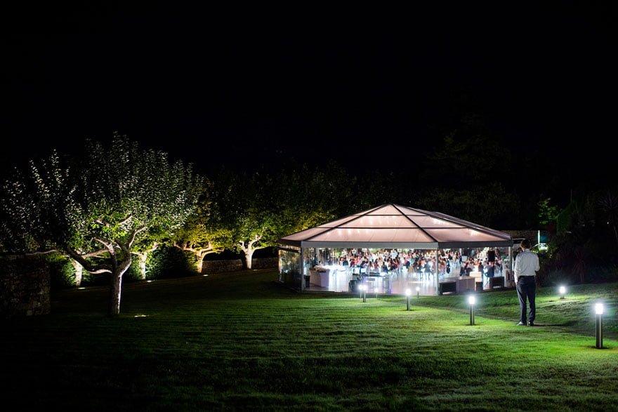 Vista noctura del salón del Pazo A Toxeiriña durante una boda