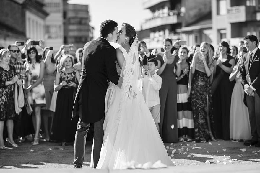 beso de los novios a su salida de la iglesia de Nuestra Señora de los Dolores de Lalín
