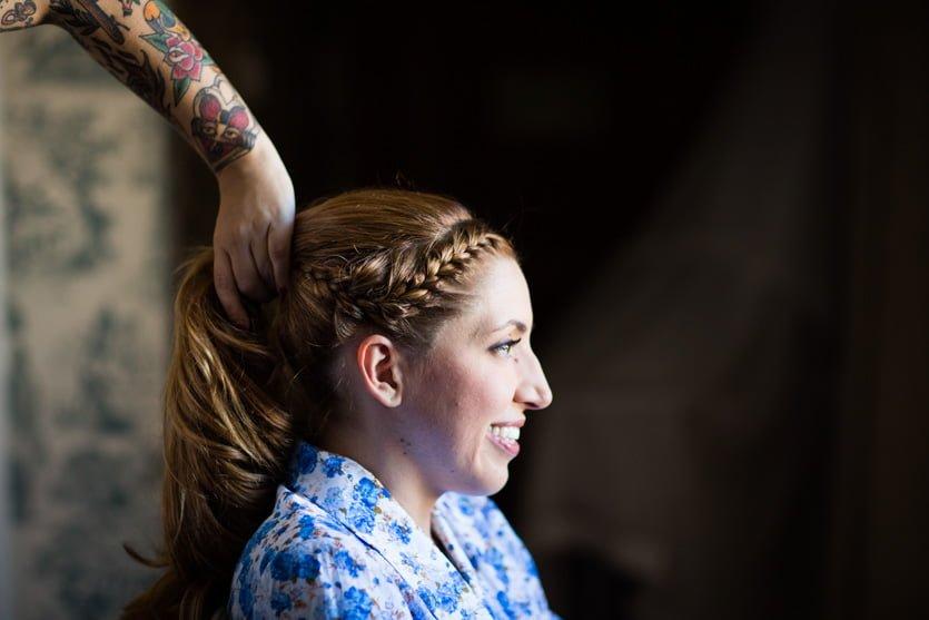 Sabela Make Up & Hair peinando a una novia en A Quinta da Auga