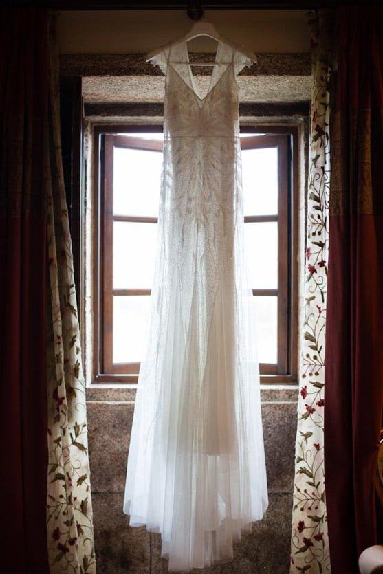 Fotógrafo documental de bodas Vestido de novia de Rosa Clará colgado en la habitación de la novia en la Rectoral de Cines