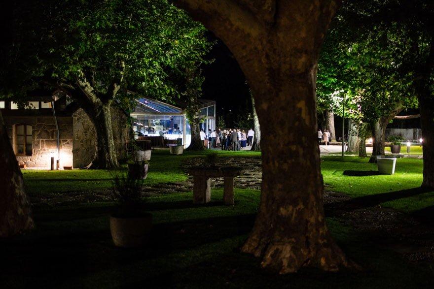 Vista nocturna en O xardin das termas Termas de Cuntis durante una boda