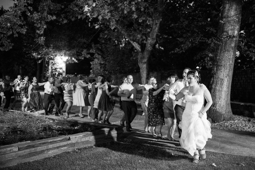 Conga durante el baile en su boda en O xardin das termas Termas de Cuntis