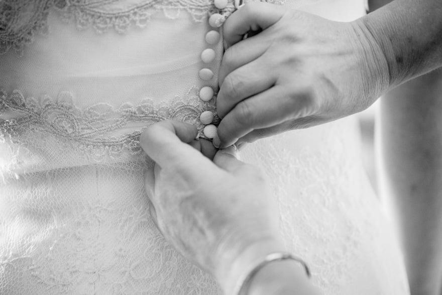 Detalle de los botones del vestido de novia de José María Peiró