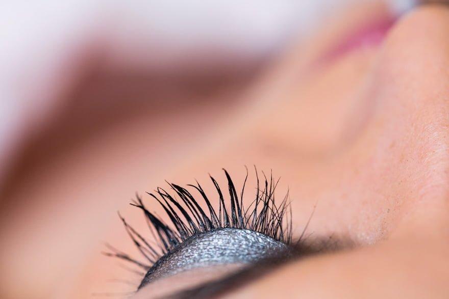 Detalle de ojo maquillado de novia el día de su boda en la peluquería Alba da Estrada